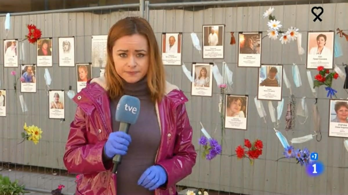 Érika Reija ante elmural ruso (TVE-1).