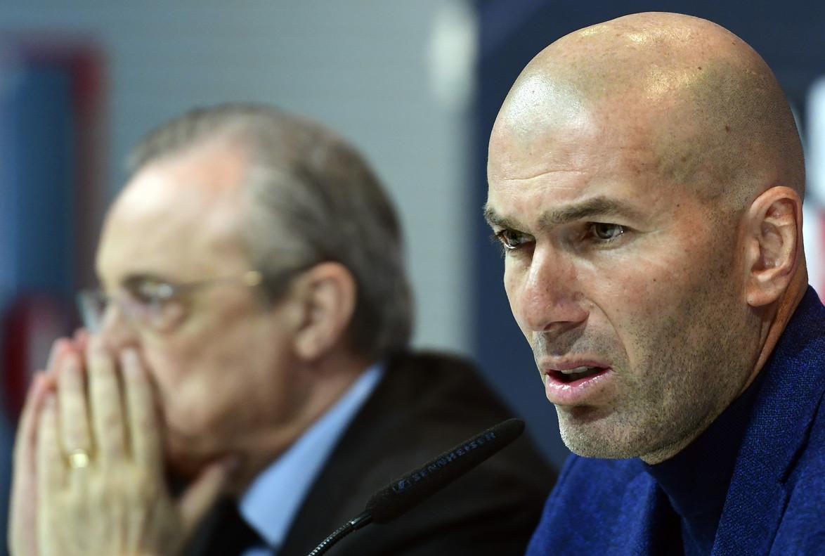 Zinedine Zidane y Florentino Pérez, en la rueda de prensa del adiós del entrenador del Madrid.