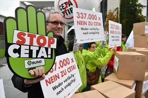 Ciudadanos contrarios al CETA y el TTIP se manifiestan delante de la Cancillería alemana, anteayer en Berlín.