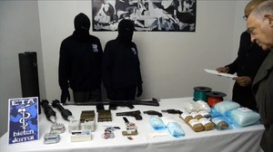 Dos etarras entregan armas a dos verificadores internacionales, el 21 de febrero del 2014.