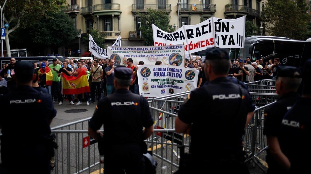 Manifestación policial frente a la Delegación del Gobierno español en Barcelona.