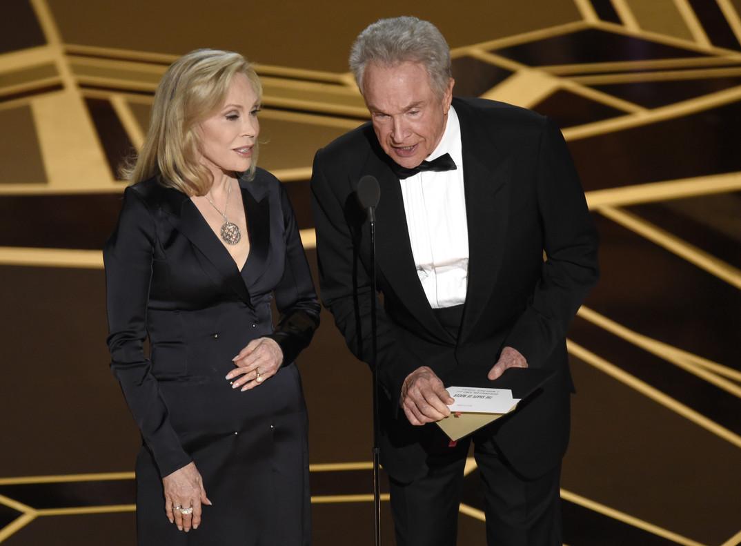 Faye Dunaway i Warren Beatty, presentadors de lOscar a la millor pel·lícula, han concentrat totes les mirades per si repetien el fiasco de lany passat.