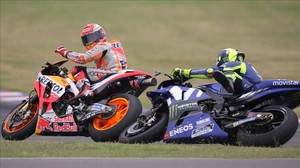Momento en que Marc Márquez (Honda) se da cuenta de que Valentino Rossi (Yamaha) se cae tras sufrir un encontronazo con él, en Termas de Río Hondo (Argentina).