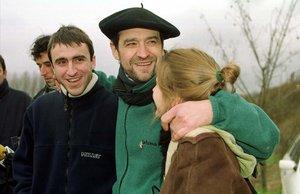 El 14 de enero de 2000, Josu Ternera salió de la prisión de Nanclares (Álava). En la foto, recibido por sus hijos.