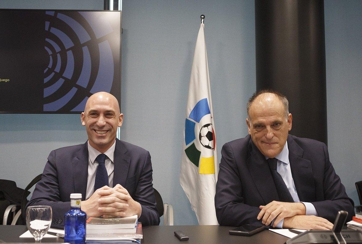 Javier Tebas (d) junto a Luis Rubiales en la sede de La Liga.