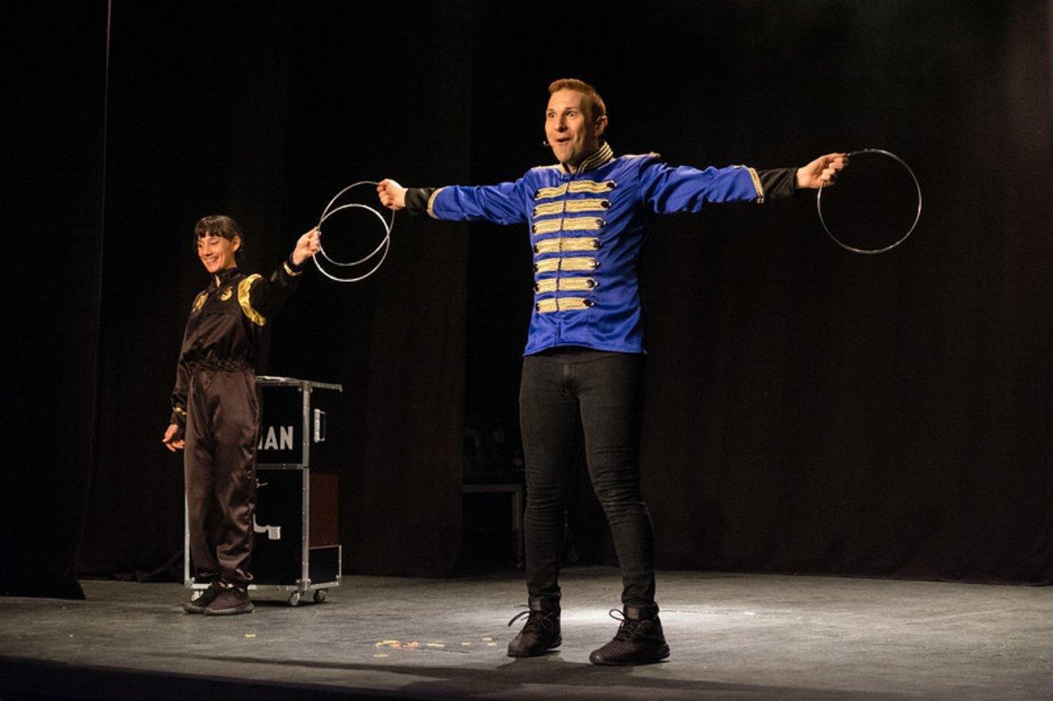 El mago Ignasi Stigman y su ayudante, Lola López.