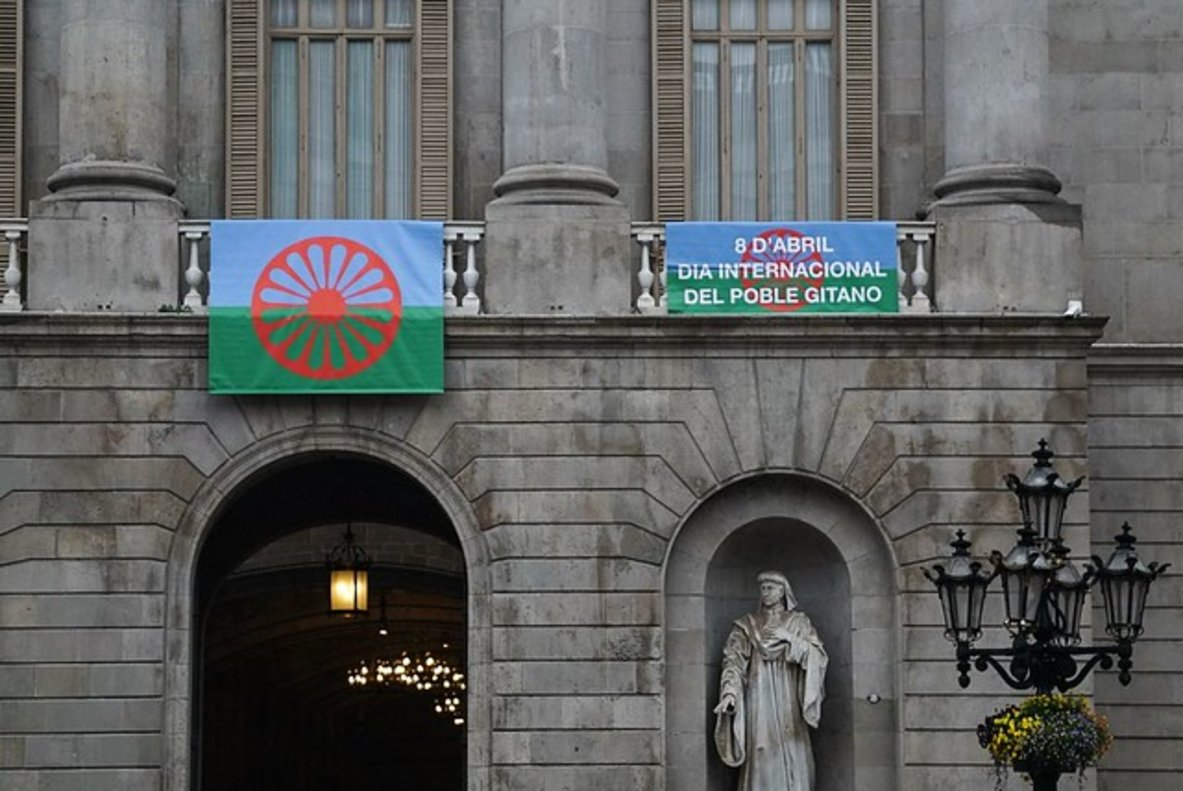 El balcón del Ajuntament lucirá hoy la bandera gitana.
