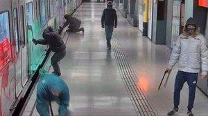 Acción de los grafiteros en la parada de metro Maragall, el pasado 4 de noviembre.