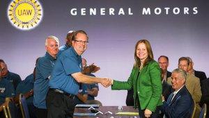 La consejera delegada de General Motors, Mary Barra, cierra un preacuerdo conel sindicato UAW para poner fin a la huelga de un mes.