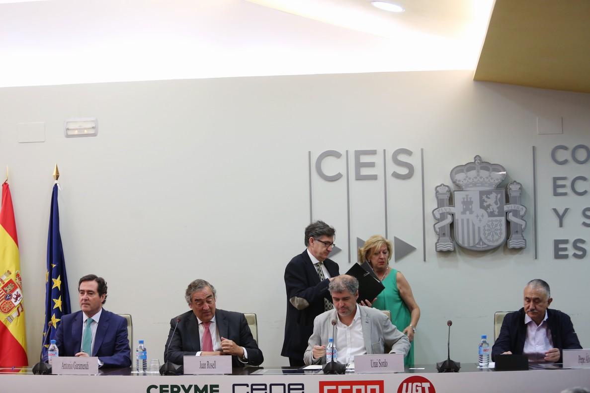 Los presidentes de CEOE y de CEPYME, Juan Rosell y Antonio Garamendi, y los secretarios generales de CCOO y de UGT, Unai Sordo y Pepe Álvarez,firman el IV Acuerdo para el Empleo y la Negociación Colectiva.