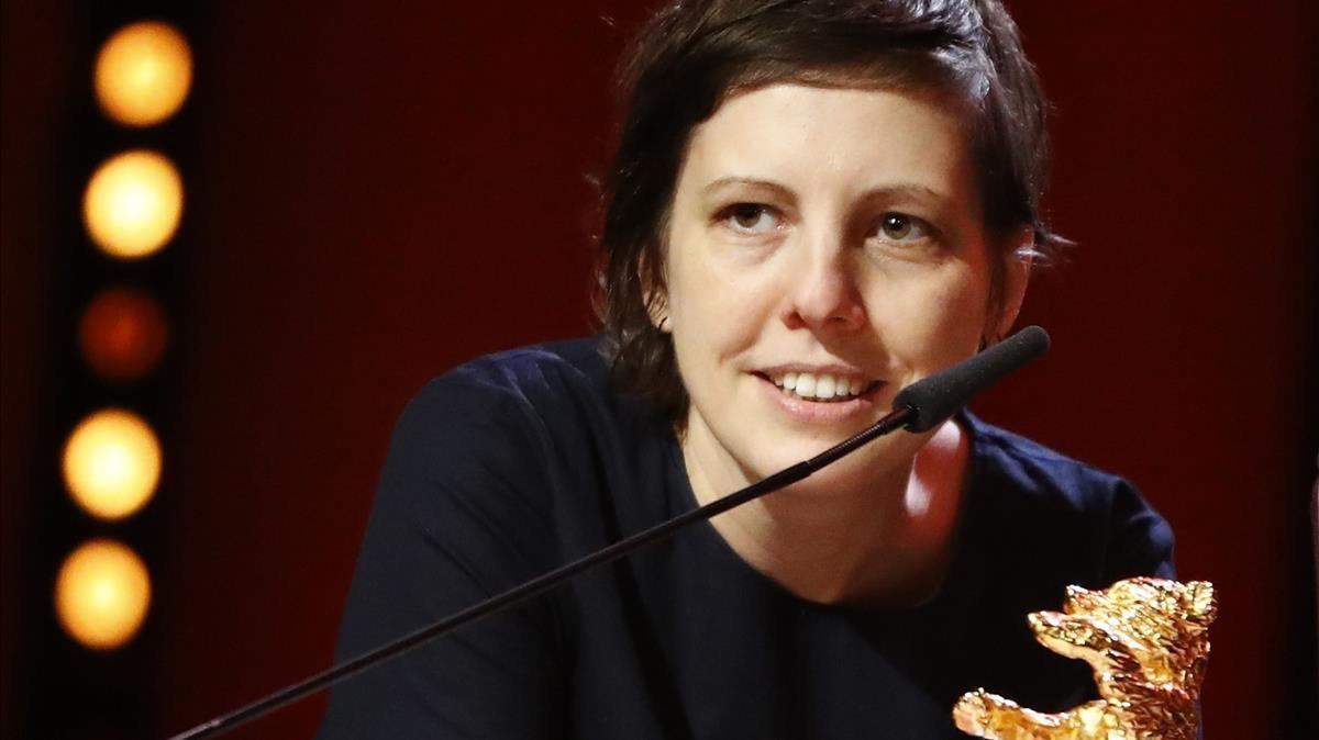 Adina Pintilie, con el Oso de Oro por su triunfo en la Berlinale con 'Touch me not'