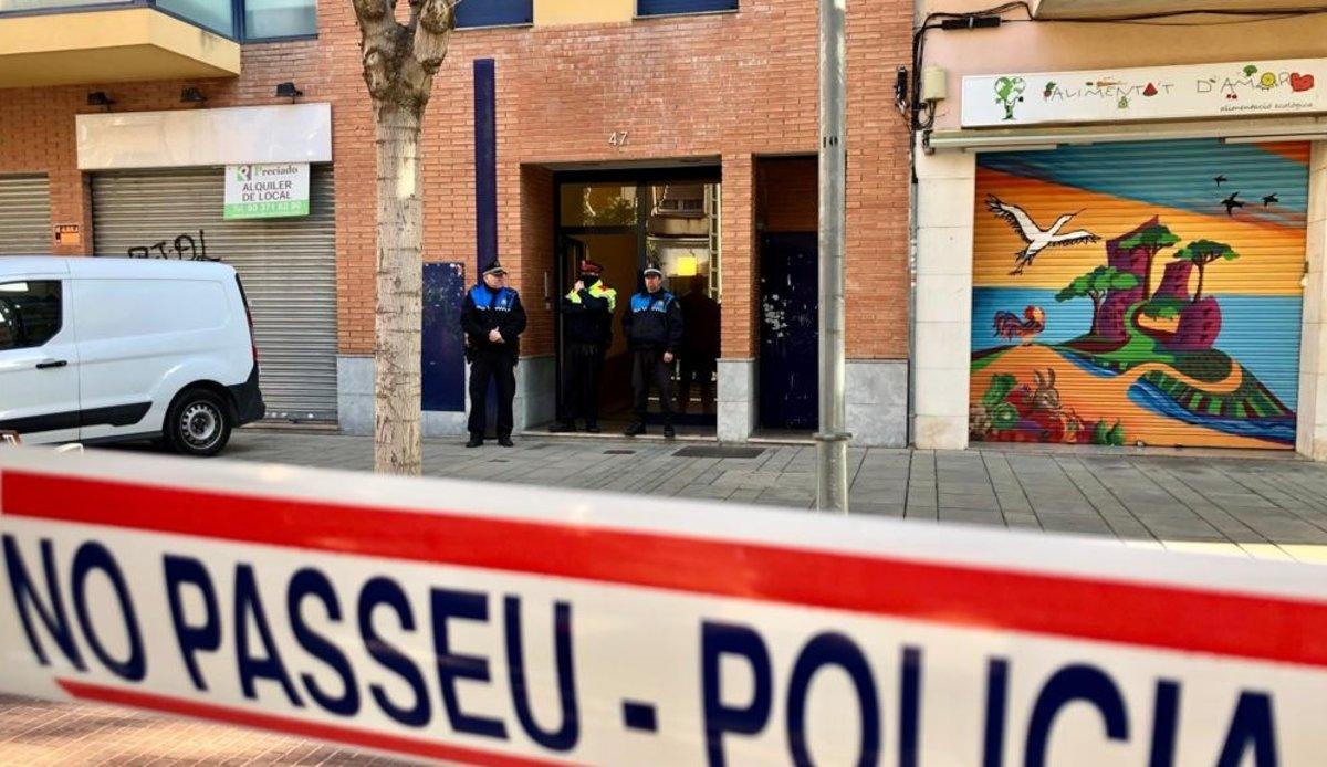 Agentes ante el domicilio de Esplugues de Llobregat donde han sido asesinadas una mujer y su hija.