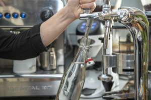 Agua filtrada en un restaurante de Barcelona.