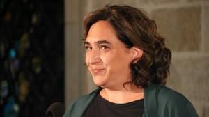 La alcaldesa de Barcelona, Ada Colau, visiblemente emocionada durante la lectura de la declaración institucional con motivo del primer aniversario del 17-A.