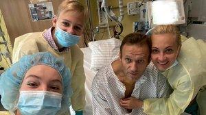 Alekséi Navalni con su familia en el hospital.