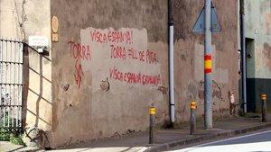 Algunas de las pintadas que han aparecido este miércoles en varias fachadas de Verges.