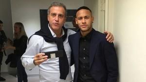 André Cury junto a Neymar.