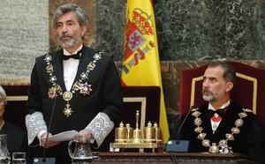 GRAF9456 MADRID, 10/09/2018.- El Rey Felipe VI durante el discurso del presidente del Tribunal Supremo y del Consejo General del Poder Judicial, Carlos Lesmes (i), en la ceremonia de apertura del Año Judicial, que tiene lugar hoy en la sede del Tribunal Supremo, y que preside el Rey Felipe VI. EFE/Angel Díaz ***POOL***