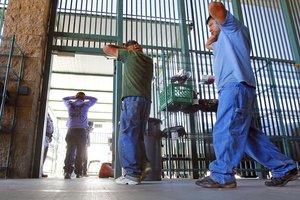 Los demandantes denunciaron precarias condiciones que los migrantes tienen que soportar en los centros de detención.