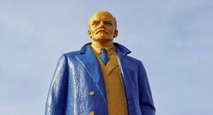 Así de rutilante luce una escultura de Lenin en Ucrania.