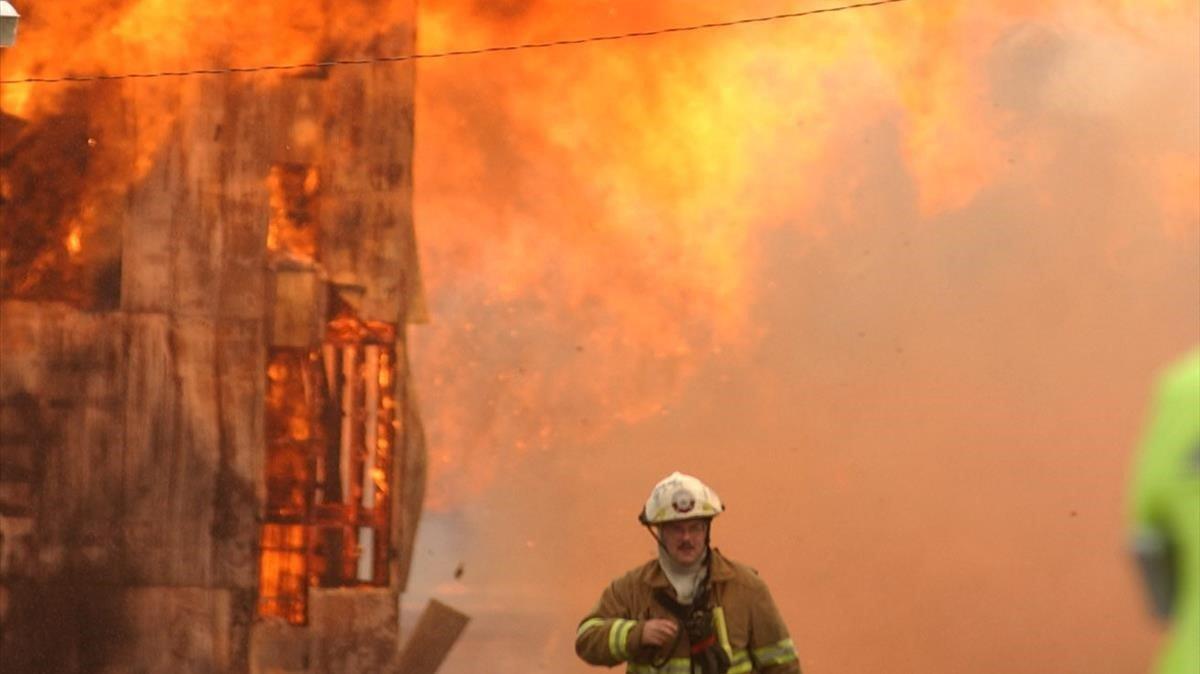 Un bombero, en un incendio en un almacén de Jim Beam en Bardstown (Kentucky, EEUU), el 4 de agosto del 2003.