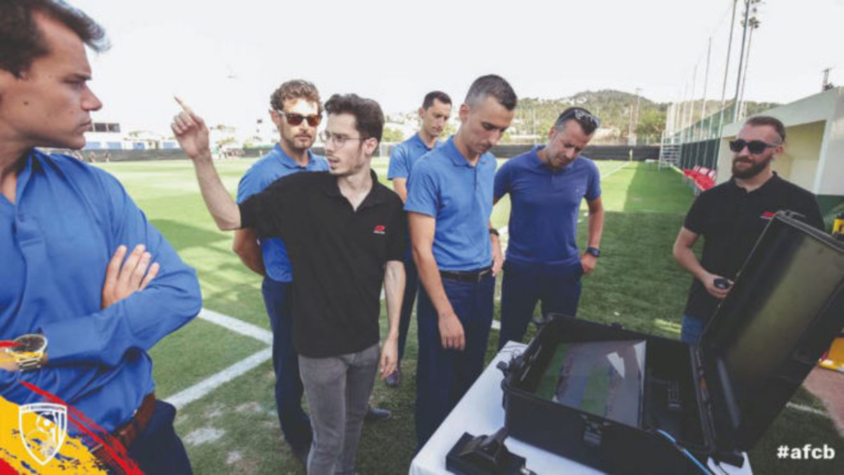 El Bournemouth mostró en sus redes sociales la implantación del VAR en el amistoso ante el Sevilla