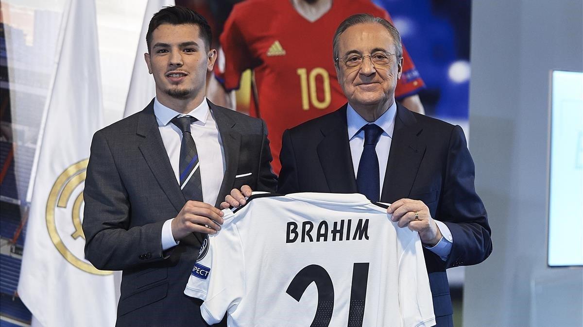 Brahim Díaz posa junto a Florentino Pérez en el palco del Bernabéu.