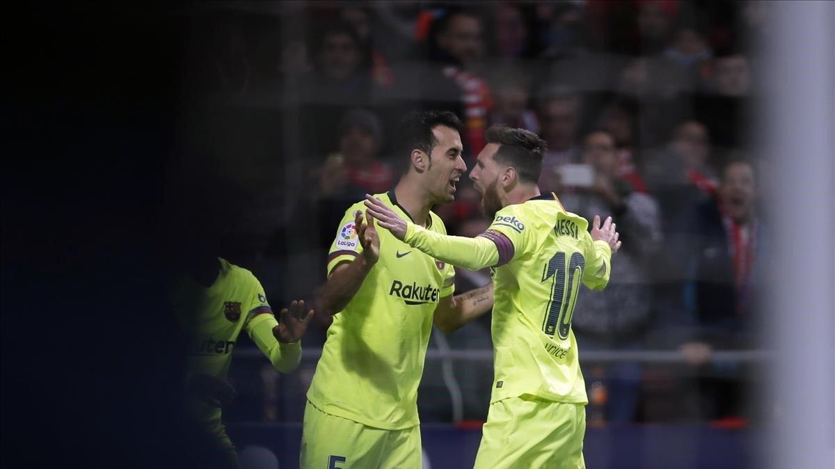 Busquets y Messi celebran el gol de Dembélé al Atlético en el Metropolitano.
