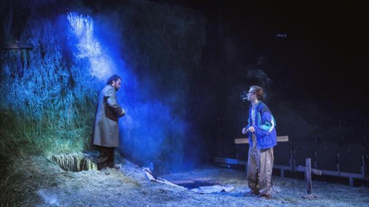 Pol López y Oriol Pla, en una escena de 'La calavera de Connemara', en La Villarroel.