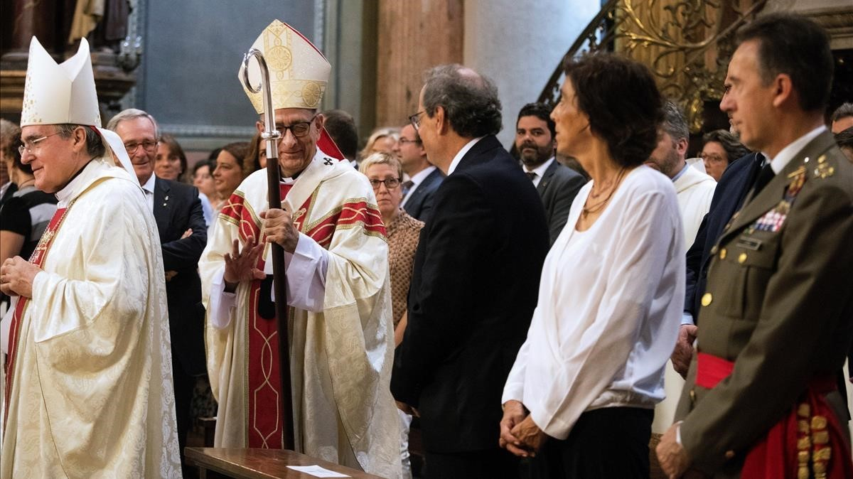 El cardenal arzobispo de Barcelona, Juan JoséOmella, saluda al presidentde la Generalitat, Quim Torra.