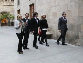 El 'president' Carles Puigdemont y los cuatro inhabilitados por el 9-N, Artur Mas, Joana Ortega, Irene Rigau y Francesc Homs, en el Palau de la Generalitat.