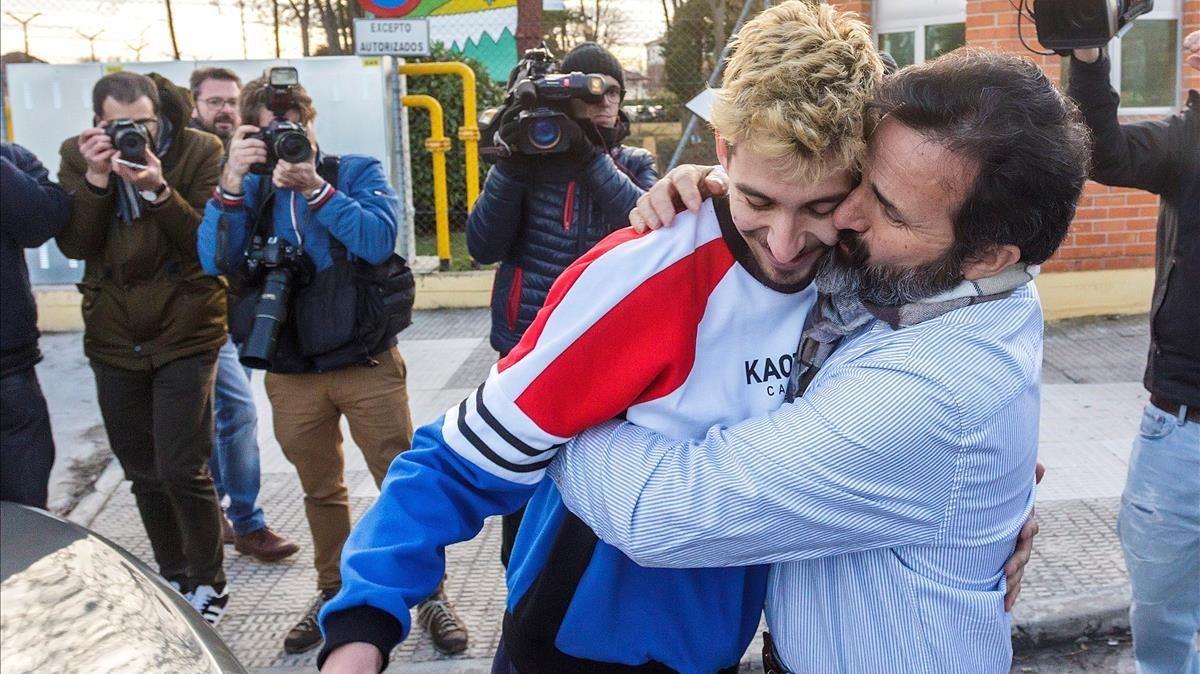 Carlos Cuadrado Lucho abraza a su padre tras salir de la prisión.