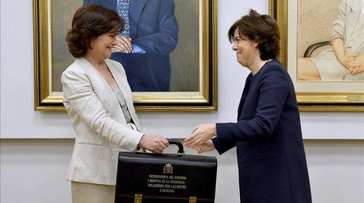 Carmen Calvo y Soraya Sáenz de Santamaría, durante el traspaso de poderes.