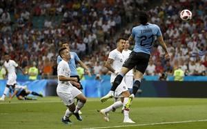 Cavani remata de cabeza el pase de Suárez que ha significado el 1-0 para Uruguay.