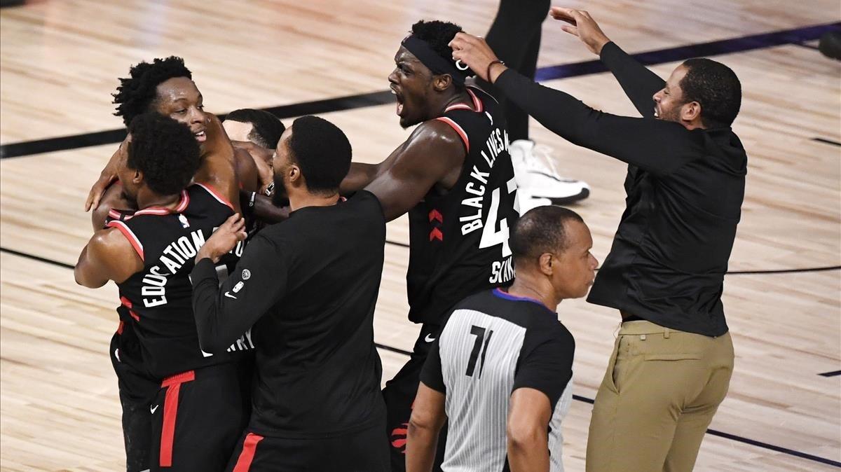 La celebración de los jugadores de Toronto tras la canasta ganadora ante los Celtics.