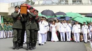 Ceremonia de entierro del exdictador Ferdinand Marcos, en el Cementerio de los Héroes de Filipinas, en Pasay (Manila), este viernes.