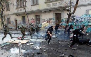 La Policía en Chile persigue a manifestantes durante las protestas.