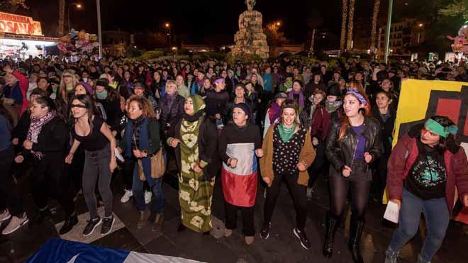 Cientos de mujeres entonan en Palma el himno feminista 'El violador eres tú'.