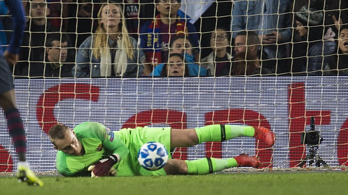 Cillessen atrapa un disparo de Son, el jugador dl Tottenham, en el Camp Nou.