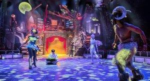 El espectáculo transcurre en un entorno mágico con seres de fantasía.