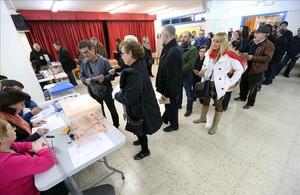 Cola en el colegio Josep Janer de LHospitalet para votar en las elecciones generales