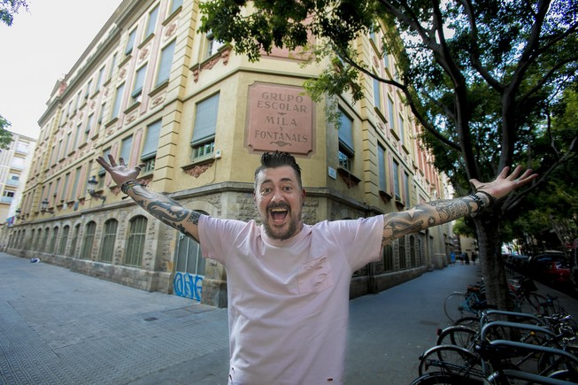 Toni Moog, frente al colegio donde estudió: el Milà i Fontanals, en pleno centro del Raval.