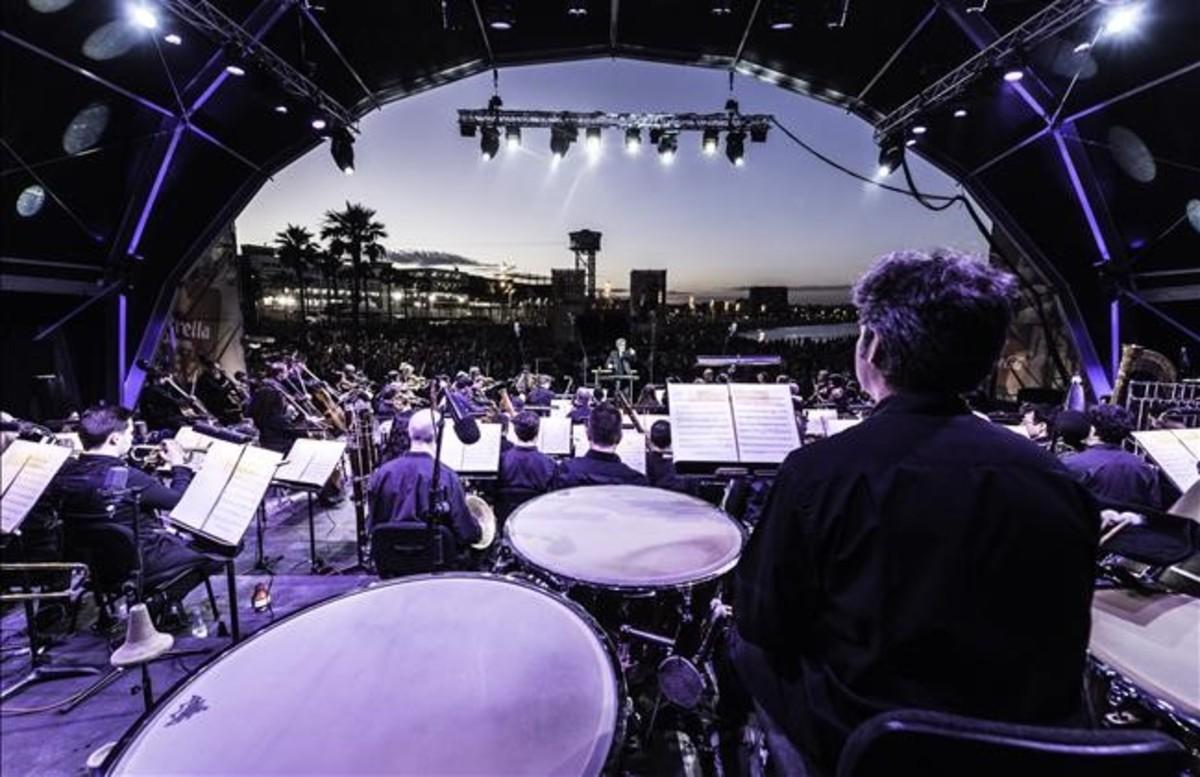 Los músicos de la OBCen la playa de Sant Sebastià, el año pasado, en el concierto que dirigióJoan Albert Amargós.