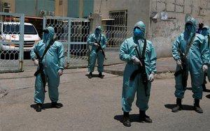 Miembros de seguridad de Hamás en Gaza controlan la cuarentena por coronavirus.