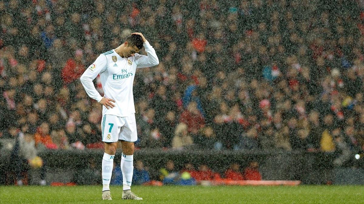 Cristiano Ronaldo, desolado bajo la lluvia en San Mamés.