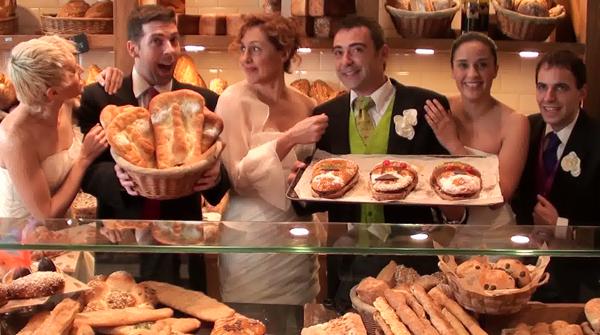Los intérpretes de la compañía teatral han pasado la mañana atendiendo a los clientes de un horno de Barcelona.