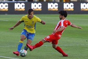 Curbelo intenta superar al jugador del Girona Jairo en el partido de Las Palmas