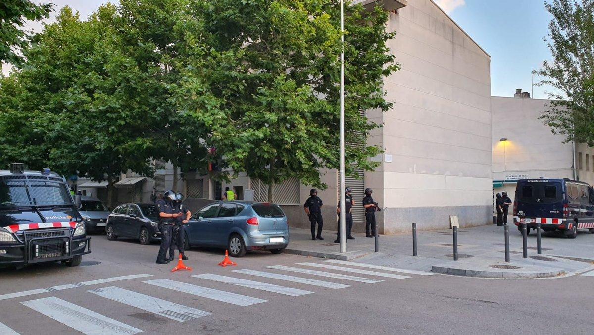 Despliegue de Mossos en una operación contra el narcotráfico en El Prat este miércoles.