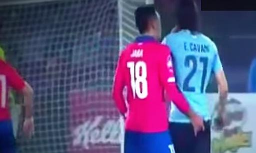 El defensa xilè GonzaloJara li fica un dit al cul al davanter uruguaià Edison Cavani durant el partit Xile-Uruguai, en quarts de la Copa Amèrica 2015.