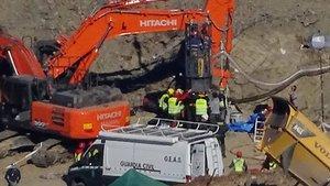 Dos mineros bajan al pozo en la cápsula para trabajar en el rescate de Julen.